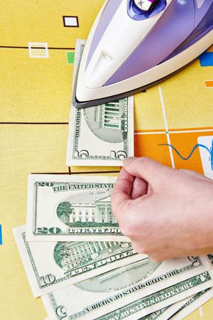 money laundering: Stireria dollari di banconote. Concetto Riciclaggio di denaro sporco