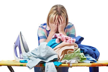 Устали женщина домохозяйка гладить одежду, изолированных на белом