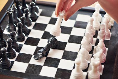 Рука с белой королевы парад черный король крупным планом