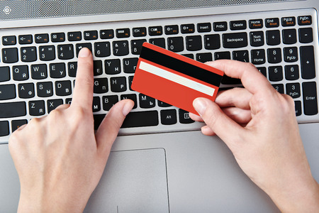 Hand of a woman making purchases through the Internet Banque d'images
