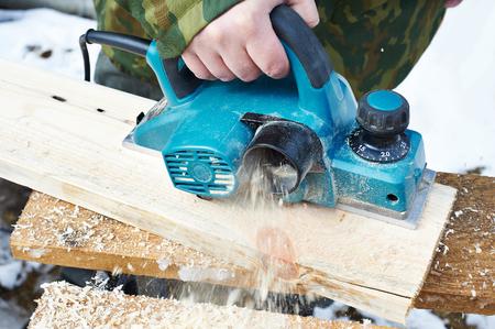 planos electricos: Carpintero con el plano eléctrico al aire libre