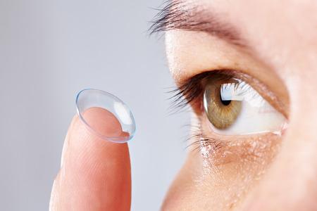 vision test: Medicina y visi�n - mujer joven con lentes de contacto
