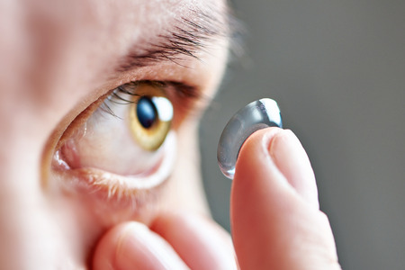 lentes de contacto: Medicina y visi�n - mujer joven con lentes de contacto