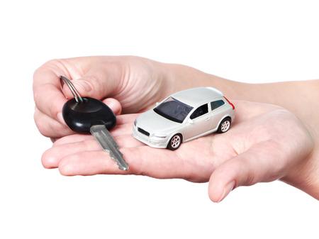 Hand met sleutels en auto op een witte achtergrond Stockfoto