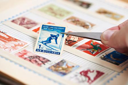 Почтовая марка с лыжником на альбоме крупным планом