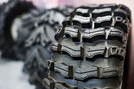 llantas: Nuevo neumático para el vehículo todo terreno en la tienda