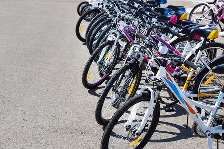 Lopende fietsen voor huur op stadsstraat bij zonnige dag Stockfoto