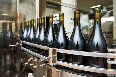Abfüll- und Förderlinie an der Weinkellerei Fabrik dicht