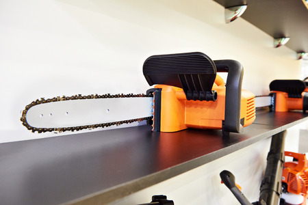 Scie à chaîne sur le plateau dans le magasin Banque d'images