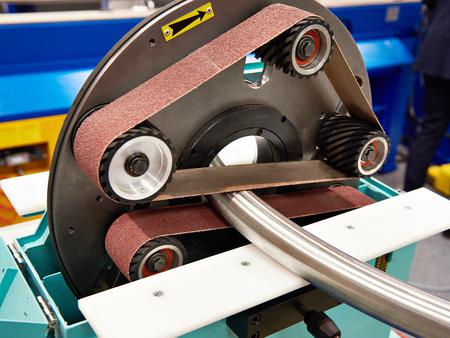Rohrschleifmaschine mit Schleifpapier