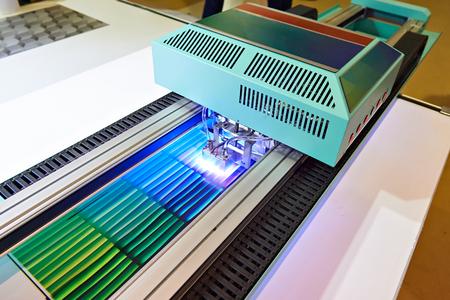 Grootformaat UV-coatingprinter op het werk Stockfoto
