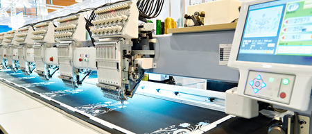 Machine à broder industrielle en atelier de couture