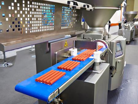Apparaat voor het portioneren van gehakt en vacuümspuit in de voedselfabriek Stockfoto - 93533873