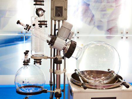 Evaporador rotativo de laboratorio con un matraz para química. Foto de archivo