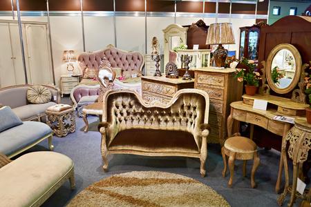 Negozio di mobili antichi con divano e cassettone