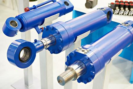 Exposición de cilindros hidráulicos en stand Foto de archivo