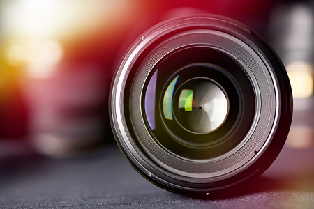 Vista frontal de la lente de la foto sobre fondo borroso