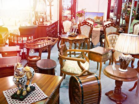 Negozio di mobili antichi con articoli in legno