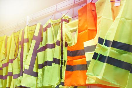 Chalecos reflectantes de colores para conductores y trabajadores de la carretera Foto de archivo