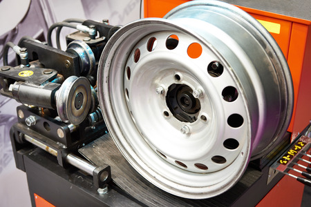 Stand for straightening forget disk wheel
