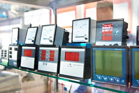 Appareils numériques et analogiques pour mesurer l'électricité en magasin Banque d'images