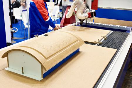Fräs- und Gravierzentrum mit automatischem Werkzeugwechsel für Möbel im Werk