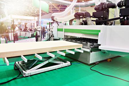 CNC automatische Holzbearbeitungsmaschine auf Ausstellung Standard-Bild