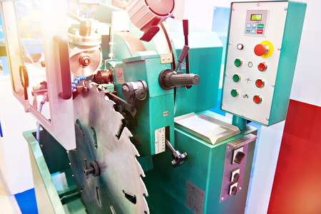 Machine for sharpening circular saw blades for woodworking tools