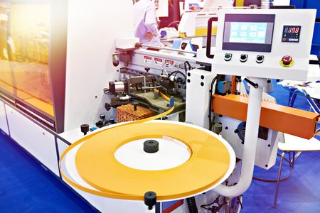 Single sided automatic edge banders on factory Stockfoto