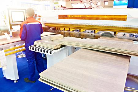 Bediener in der Nähe von Plattensägemaschinen und Holzmöbeldetails