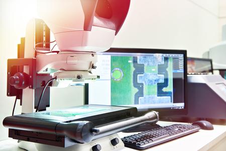 Meetmicroscoop met monitor om onderdelen in productie te controleren