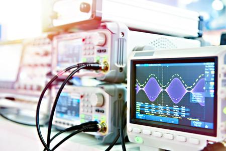Oscilloscope à mémoire numérique. Instruments de mesure radio