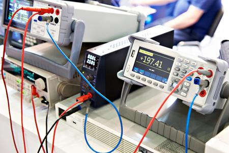 Voltímetro universal y dispositivos de medición electrónicos