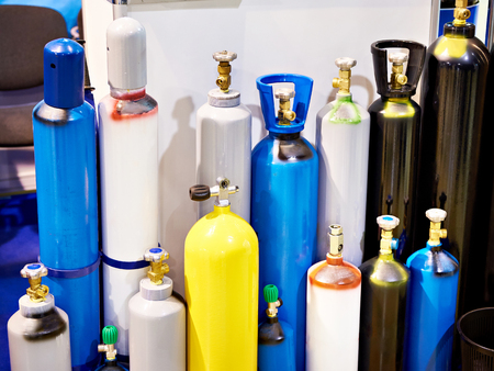 Cilindros metálicos para gases comprimidos en almacén