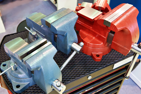 Mechanical vise for workbench in store