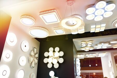 Decorative ceiling lamps and chandeliers in the store Stockfoto