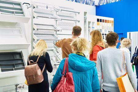 People buyers in the hardware store Banco de Imagens
