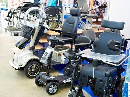 Rollstühle mit Elektromotor im Ausstellungsgeschäft Standard-Bild