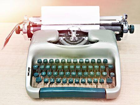Green retro typewriter on wooden table 版權商用圖片 - 133050181