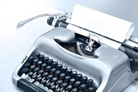 Green retro typewriter on wooden table 版權商用圖片 - 133051555