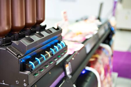 Indicators of the work of cartridges on a wide format printer
