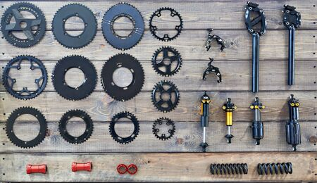 Components and spare parts for the bike on a wooden bench in the shop Banque d'images