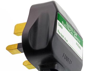 3 핀 플러그 - 그것에 휴대용 기기 테스트 스티커와 흰색 배경에 고립 된 영국 플러그 스톡 콘텐츠