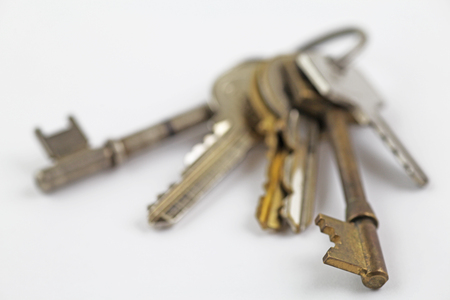 Keys – A bunch of keys in gradual blur laying on a off white background Stock fotó