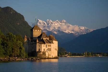 Schloss Chillon am Genfersee mit den Dents du Midi im Hintergrund.