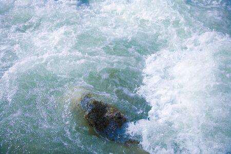 espumante: Agua espumante de un torrente a una piedra.  Foto de archivo