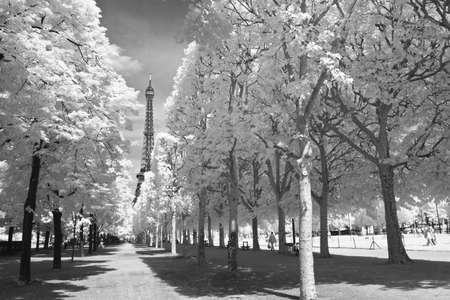 Paris, Eiffel, de la distance en noir et blanc et infrarouge Banque d'images - 8669422
