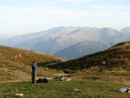 weariness: Monta�as, caucasus, rocas, un relieve, un paisaje, la naturaleza, un panorama, un paisaje, una cresta, parte superior, raza, el cielo, reserva, un fondo, un tipo, cansancio, un pendiente, pico, belleza, brillante, un archivo, deportes, el turista, una hierba, los prados alpinos, touris