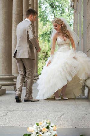 heiraten: Junges Ehepaar in den Hochzeitstag Lizenzfreie Bilder