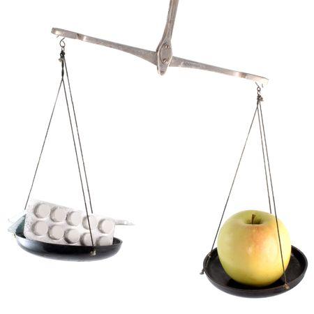 laboratory balance: Bilancia da laboratorio con la pillola e mela isolato su sfondo bianco
